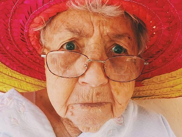 old-woman-945448_1920.jpg