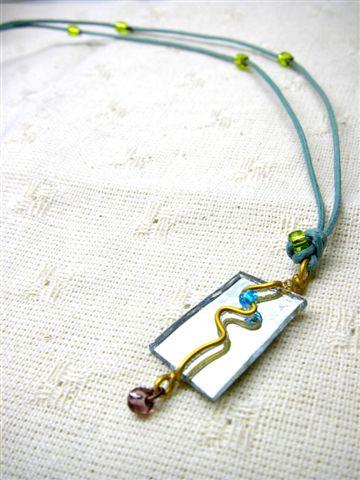 繩子比較特別還有四顆亮綠珠