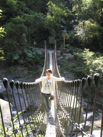 這裡的吊橋都好小,用繩索搭成的而已,搖搖晃晃的只能六個人通行!