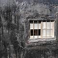 一面牆有一個小窗口