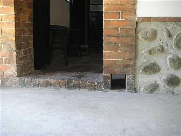 """那個小洞叫做""""貓洞"""",主要目的是屋子內空氣流通孔,即使門關上了也可以通風!另一個當然就是貓兒可以鑽出鑽入"""
