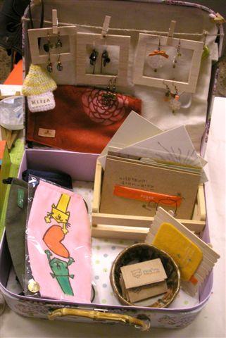 """別忘了這次的主題是""""行李箱""""!!這就是我的行李箱哈哈哈,其實它是喜餅盒...還蠻不賴的盒子阿!!"""