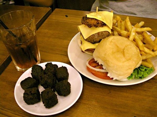 今日餐點:三層豪華漢堡餐+布朗尼