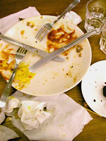 杯盤狼藉!!!看看週遭,一個人點一份的幾乎沒有人完全吃光光,份量之大!
