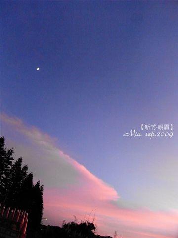夕陽西下,天空畫出一道痕跡