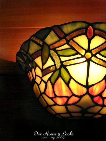 Tiffany的燈,是玻璃鑲嵌製成的。一家三國裡全是這種燈。