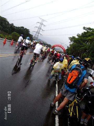 居然下雨...天氣好爛,車子好多!居然是上千人的大活動耶!
