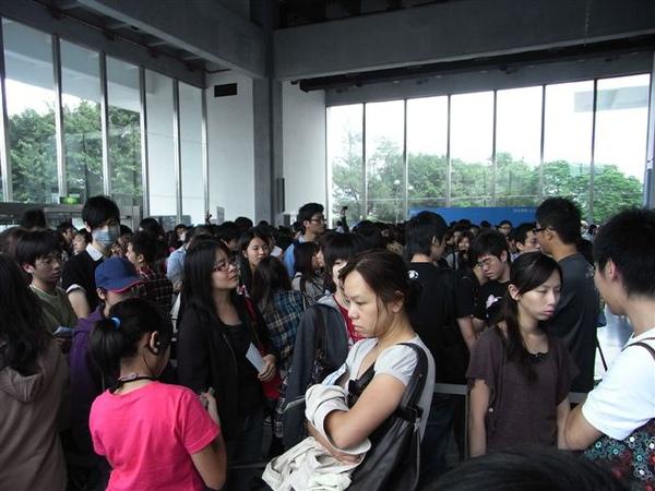 滿滿的人。展場裡面有一千多人,外面還排了一兩千人