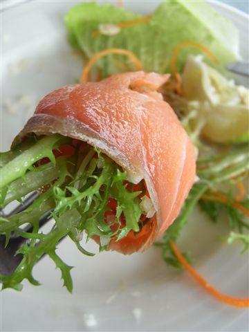 我吃了兩大盤,至少有十片。就是吃燻鮭魚加沙拉,飽了!