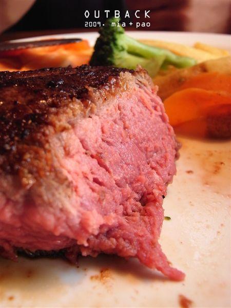 五分熟牛排,看起來很嫩不過需要咬一段時間。