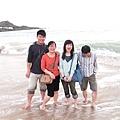 拍照那一煞那,海浪剛好打在我們後面嚇了一大跳,都濕了拉!