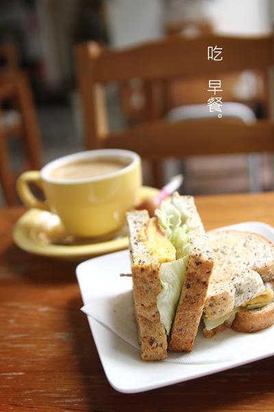 咖啡配上好吃的三明治
