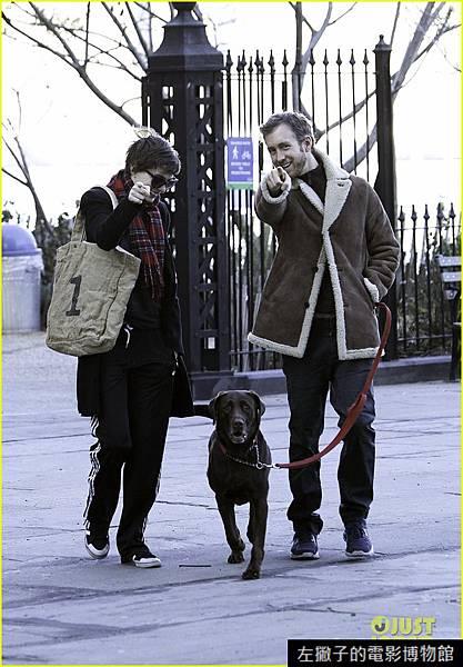anne-hathaway-thanksgiving-walk-02