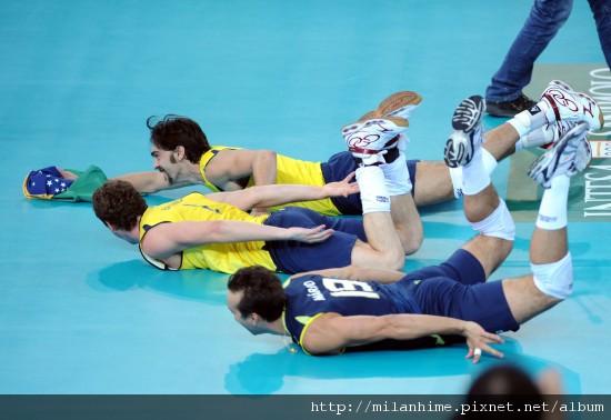 FIVB-WorldChampionshipItaly2010-1010-巴西win-giba滑地板.jpg