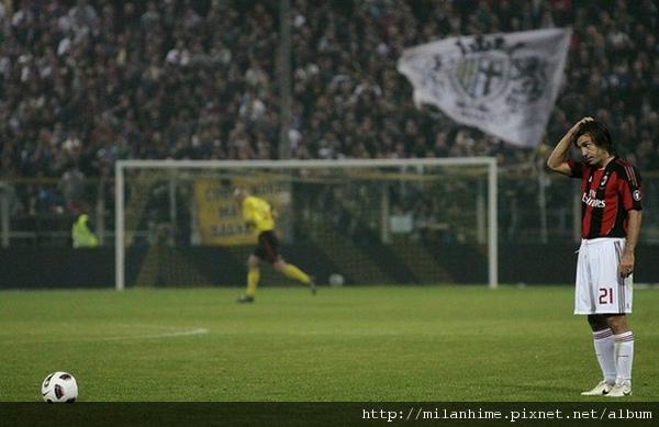Milan-20101002-R06-Pirlo預備踢球.jpg