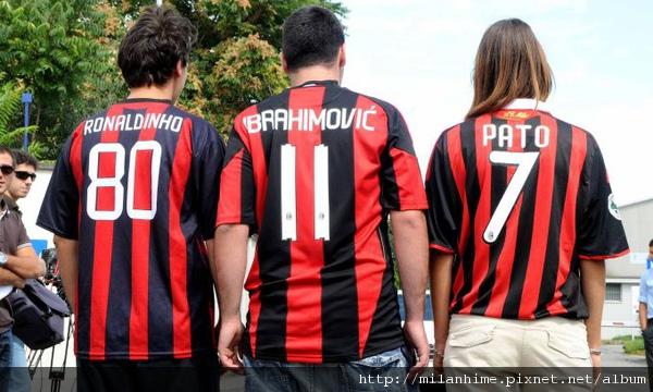 Milan-20100829-R01-Ibra-Pato-Dinho-球衣背影.jpg