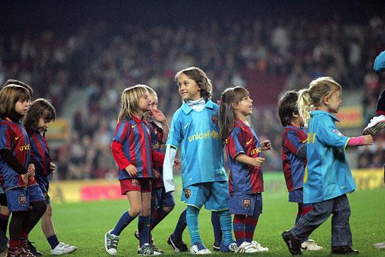 Barca-20071104-聯賽場邊小可愛一堆