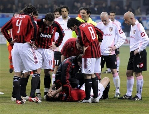 Milan-20080224-kaka受傷倒地時