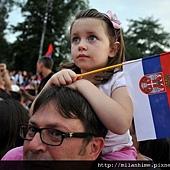 20110704-Nole-Belgrade首都慶祝會-女孩與國旗.jpg