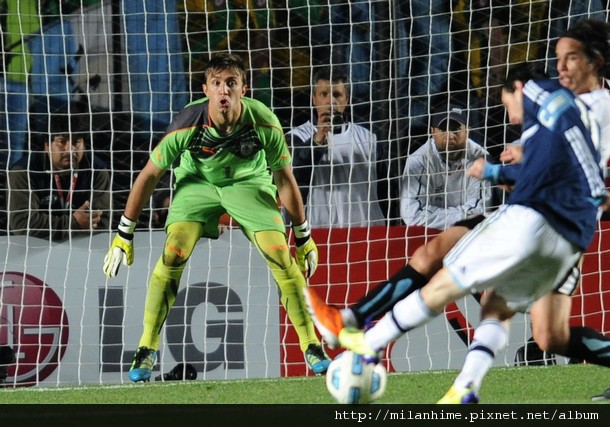 重點在球門-20110716-阿根廷烏拉圭-FernandoMuslera-Messi.jpg