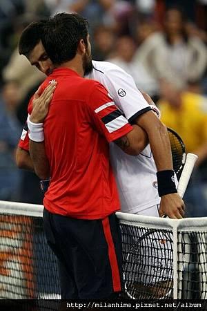 2011美網-0908-Nole-Tipsarevic-hug.jpg
