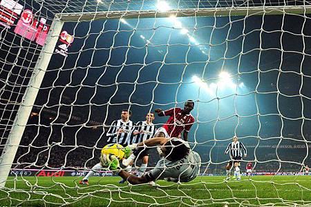 Milan-20120225-Juve-進球不算案發現場-Muntari-Buffon