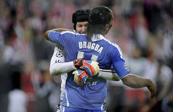 2012CLfinal-DidierDrogba-Cech-hug