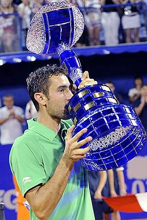 Cilic-20120715-CroatiaOpen-Umag-final-冠軍獎盃好大2