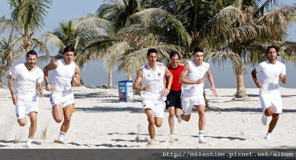 Milan-Dubai-20101229-在海灘-Nesta總是在旁邊-1.jpg