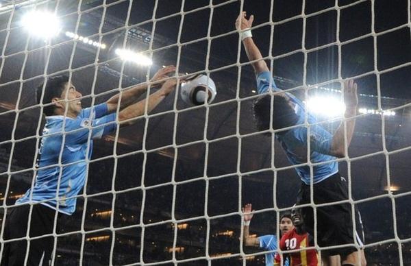 WC2010-0702-烏迦-LuisSuarez門前打排球.jpg