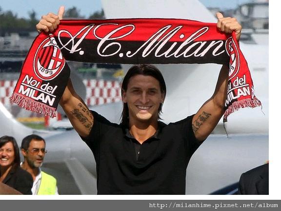 Milan-20100828-Ibra轉會米蘭-舉圍巾.JPG