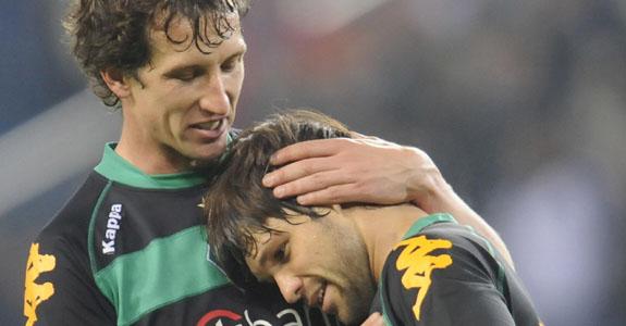 Bremen-20090507-Uefa-Diego和隊長撒嬌2.jpg