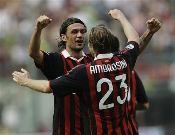 Maldini-20090524-Roma-ambroGoal-hug.jpg
