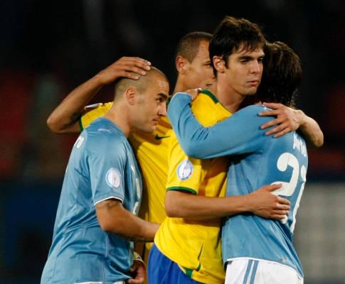 2009聯合會杯-0621-Azzurri-輸很大pirlo-kaka-hug.jpg