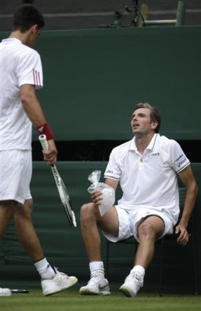 2009溫布頓-0622-Djokovic-對手摔倒.jpg