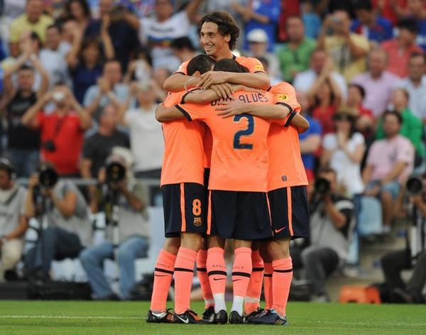 Barca-20090912-R02-Ibra-goal-hug-funny.jpg