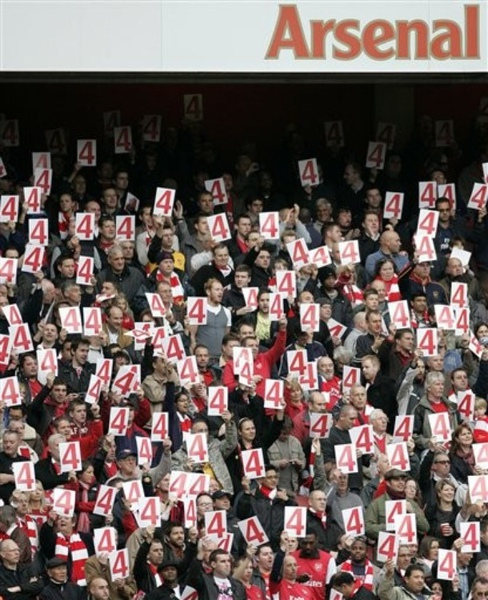 Arsenal-20091017-可愛的球迷-為4號隊長加油.jpg