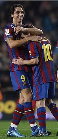 Barca-20091025-IbraGoal-大巨人與小矮人messi-g.jpg
