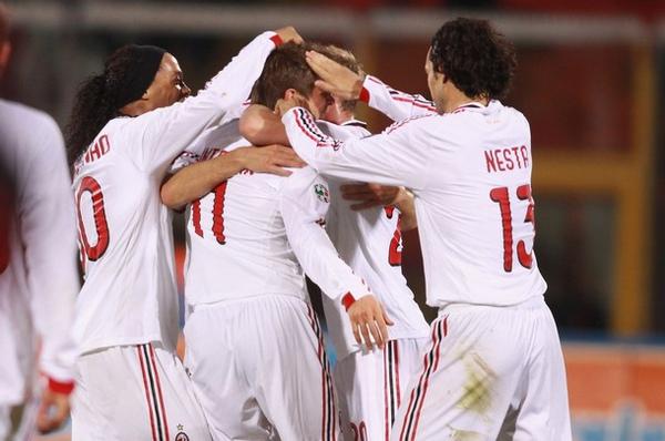 Milan-20091129-R14-歡慶-Huntelaar-goal-great2.jpg