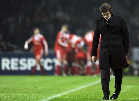 Coach-Ciro-Ferrara-deject-CLM6-20091208敗退.jpg
