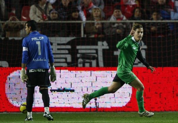 sergio canales racing_20100109-Sevilla-goal.jpg