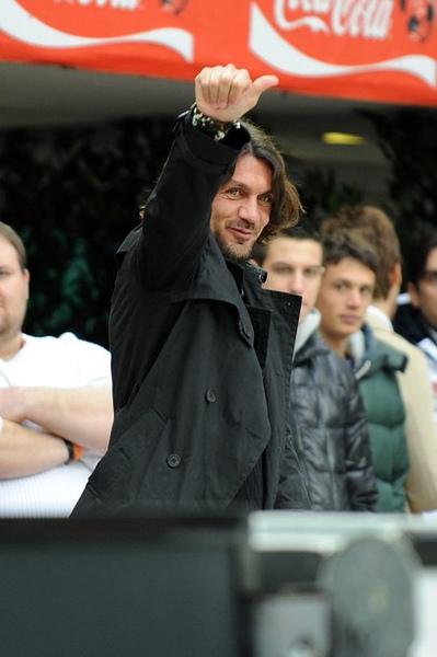 Milan-20100228-Maldini在場邊.jpg
