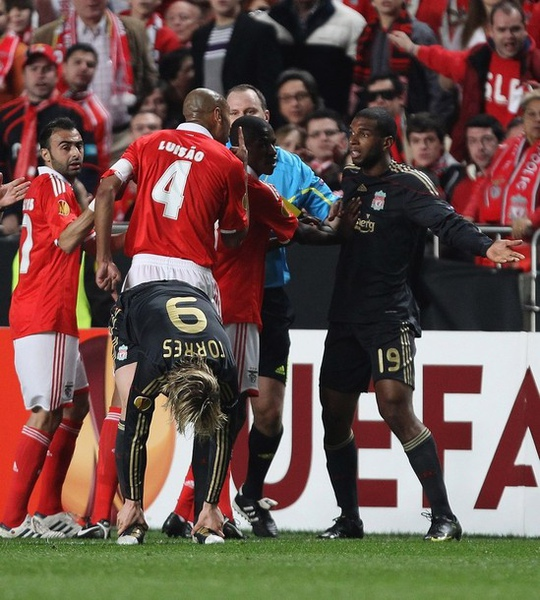 Torres-20100401-UEL-Benfica-Babel紅牌事件源起.jpg