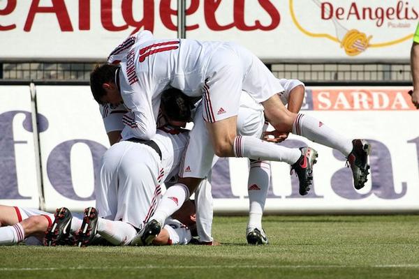 Milan-20100403-R32-對手烏龍球-歡慶.jpg