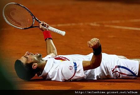 2011Roma-0515-Final-Nole-Nadal-奪冠後-躺倒.jpg