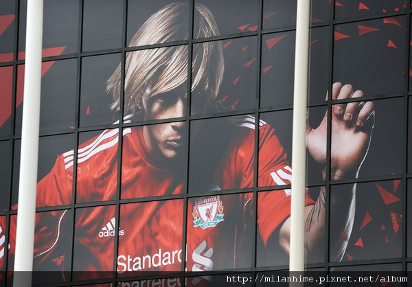 Torres20100802-Anfieldf球場外.jpg