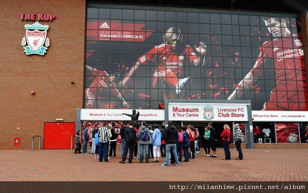 Torres20100802-Anfieldf球場外2.jpg