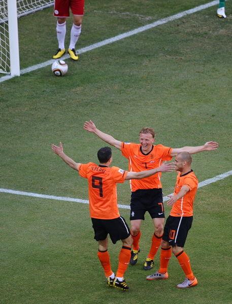 WC2010-0614荷丹-荷蘭進球歡慶三劍客2.jpg