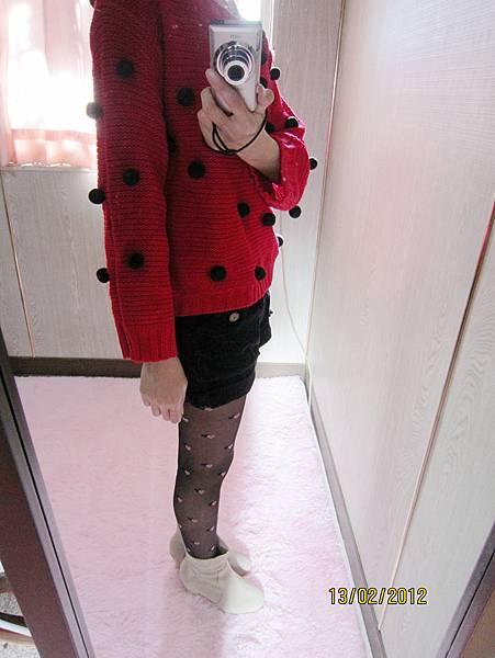 立體球球短版毛衣˙紅    絨布反摺短褲˙深藍S
