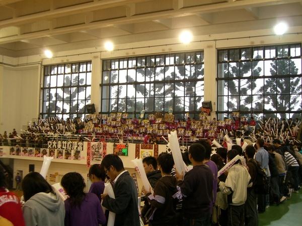 然後就直奔梅竹排球賽會場 (圖為清大火力班)